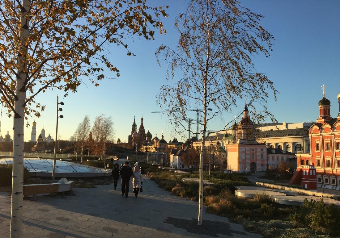 """Der Park Sarjadje befindet sich gleich neben dem Kreml, dem Roten Platz und der Basilius-Kathedrale. Der etwa 13 Hektar große Landschaftspark wurde von einem US-Amerikanischen Architektenböre entworfen und an die Stelle des ehemals größten Hotels Europas """"Rossija"""" erst Ende 2017 eröffnet."""